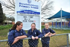 1st Day of 3rd term at Strathfieldsaye PS Grade 6 Students Emily Chibber, Michellie Jones and Sarah McLennan Photo Peter Weaving 160712